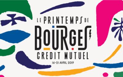 Structures polygonales et chapiteau en bambou au printemps de Bourges